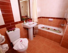 Bathroom in the room in the hotel La Vintage Resort 3* (Patong Beach, Phuket, Thailand)